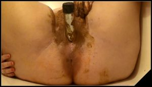 She eats and smears poop [Scat, shit,defecation,smearing,dildo masturbation,eat shit]